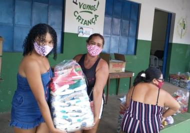 Famílias são beneficiadas com cesta básicas e itens de higiene através da parceira Associação Vamos! e Itaú Social.