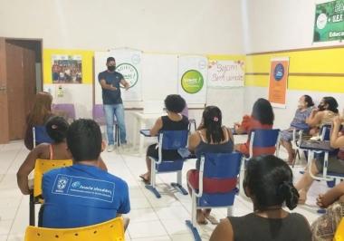 Parceria entre Associação Vamos! e CREAS promove palestra sobre violência contra a Mulher.